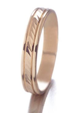 Alliance ciselée homme or jaune 750/1000 #jeandelatour_officiel #bijoux #bijouxfrance #bijouxcreateur #jewels #jewelry #allianceshomme #bague #bagueshomme