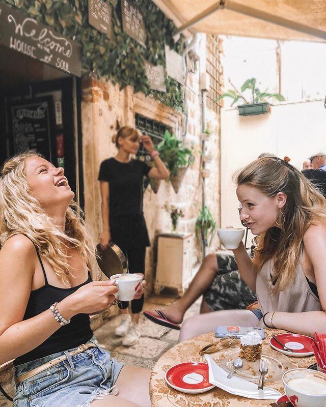 Die Geheimnisse raus Das Überraschungsziel wurde gestern abend versehentlich meiner Schwester verraten, also dachte ich, Sie sollten es auch wissen: Am Montag landen Sie in Paris für einen Wirbelwind 3 Tage !!! Man Black Friday Angebote sind die besten. Ich bin so aufgeregt, alle glutenfreien Güte dieser Stadt für meinen zweiten Besuch aufzusuchen! Umso besser kann ich mit meinem eingebauten besten Freund nach Europa zurückkehren, um noch mehr Café-Lacher wie diese zuzulassen (für mehr streichen). Als @madlodge 2011 in Paris lebte, war ich am ersten Tag meines Besuchs so jetlaged, dass sie mich dazu bringen musste Ich raus aus dem Bett mit Makronen (kein Witz, es gibt ein Video von mir, die sie mit meinen nach dem Schlafengehen noch geschlossenen Augen isst). Also bin ich aufgeregt, mit frischen Augen wiederzusehen! Da ich im Januar nicht zu ihrem goldenen Geburtstag hier sein werde (), wollte ich etwas Besonderes machen, und ich beschäftige mich mit den heutigen Erlebnissen. Nach dem Leben des Nomaden schätze ich die wertvolle Zeit, die ich mit meinen Leuten verbringe, noch mehr. Und eine lustige Tatsache: Ihr Französisch ist so gut, dass die Leute, als sie dort lebte, geschockt waren, als sie erfuhren, dass sie keine Einheimische war! Erwarten Sie also viele Geschichten, in denen ich sie dazu bringen würde, schwüle französische Dinge zu sagen, SO waren Sie schon in Paris? Hast du besondere Empfehlungen? Merci im Voraus! . . . #iammissadventure #thetravelgirl #journeysofgirls #speechlessplaces #womentravel #travelgirlscollective #travelanddestinations #travelbff #girlsthatwander #travelcreatives #blondesandsweets #breakfastwanderlust #travelspaceless #nomadictravel #funlifecrisis #goneabroad #travelinladies #wearetravelgirls #dametraveler #theglobewanderer #femaletravelbloggers #travelfoodie #healthytravel #travelgirlscollective #girlswhowander #girlslovetravel #darlingescapes #passleben #athomeintheworld – Be Well and Wander – Hinweise zum Reisen