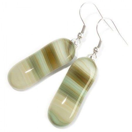Lange oorbellen van prachtige ivoor wit met groen en bruin gestreept glas! Unieke glazen sieraden!