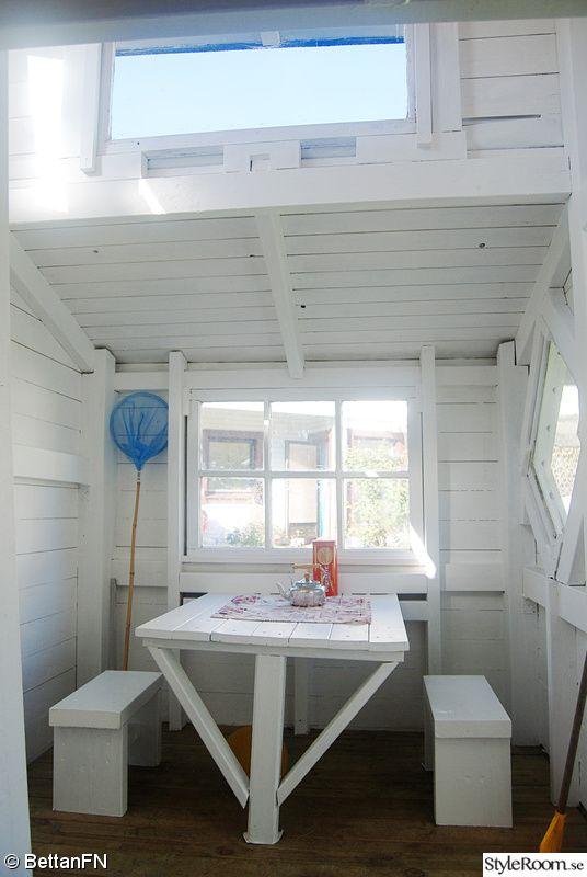 fönster,lekstuga interiör,barnbord och pallar