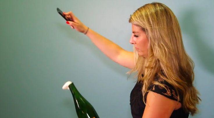 Así se abre una botella de champán con un iPhone - http://www.actualidadiphone.com/asi-se-abre-una-botella-de-champan-con-un-iphone/