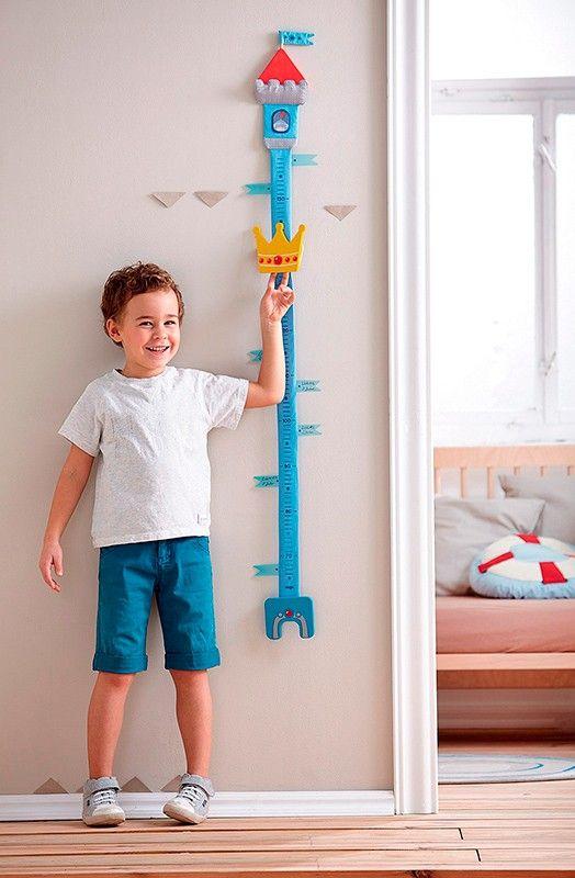 Medidor de madera y plástico de color azul, perfecto para indicar con precisión la altura de los niños a medida que pasan los meses y años. Tiene un bonitodiseño de torre, con una corona que se desliza por el medidor para marcar la alturay una escala de 70 a 150 centímetros. Incluye:  2 tornillos y 2 tacos para colgar el medidor a la pared. Elementos marcadores con velcro para escribir la altura del niño.   Fabricado en madera y poliéster, es muy resistente.