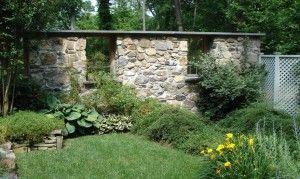 Gitterfenster holz als deko für Gartenmauer Naturstein