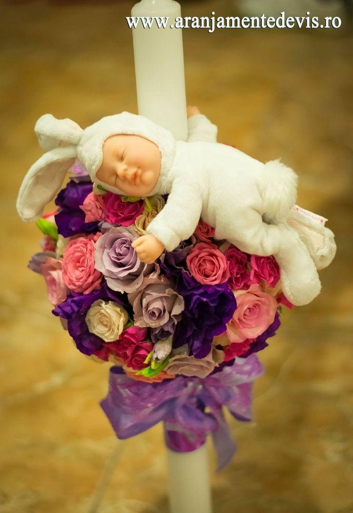 Lumanare botez pentru fetita decorata cu papusica iepuras din colectia Anne Geddes. Dimensiuni lumanare: 60 cm inaltime, 4 cm diametrul. Pret=400 lei