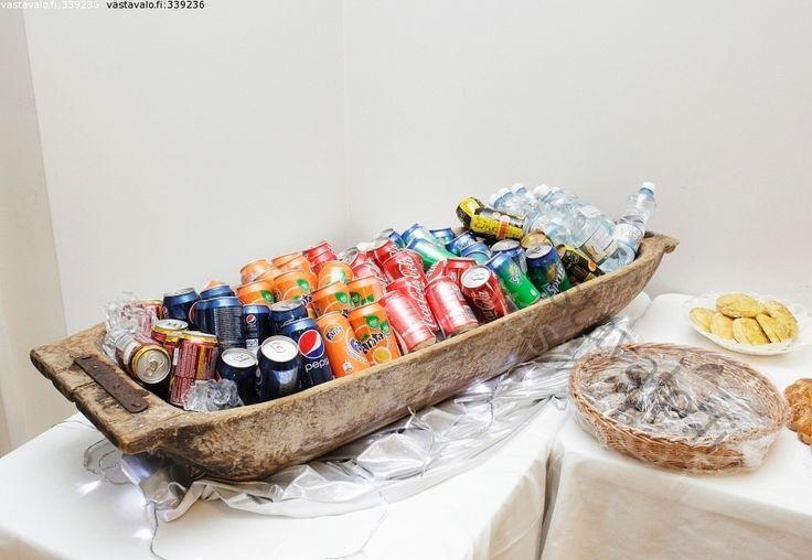 Juomatarjoilu - tarjolla tarjottavat limpsa virvoitusjuoma juoma juomat kaukalo tölkki tölkit pepsi fanta esillä