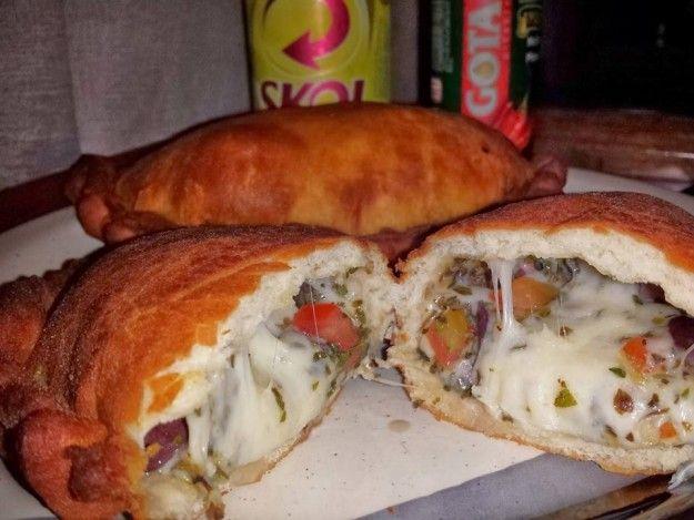 """A fogazza, um cruzamento entre o calzone e o pastel.   12 comidas """"tipicamente italianas"""" que só existem no Brasil"""