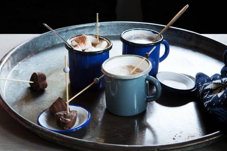 Na een winterwandeling lekker warm binnen met een mok chocolademelk: we houden van de winter! - recept - Allerhande