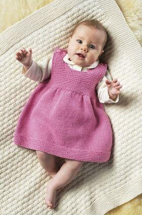 Den lille kjole er meget nem at strikke i en blød blanding af bomuld og uld