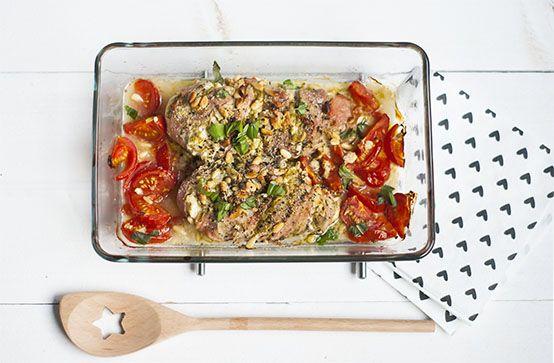 Toscaanse kip uit de oven met knoflook, ham, kipfilets, pijnboompitten, pesto, kruidenkaas, basilicum, peper en zout. Binnen 30 minuten op tafel.