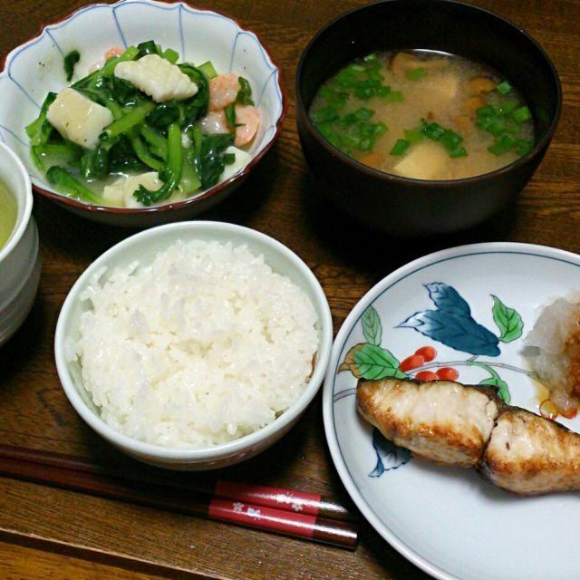 今日は、魚。 GWの胃疲れを癒しましょう。 - 30件のもぐもぐ - サワラの塩焼き&小松菜の海鮮炒め&豆腐となめこの味噌汁 by えっちゃん