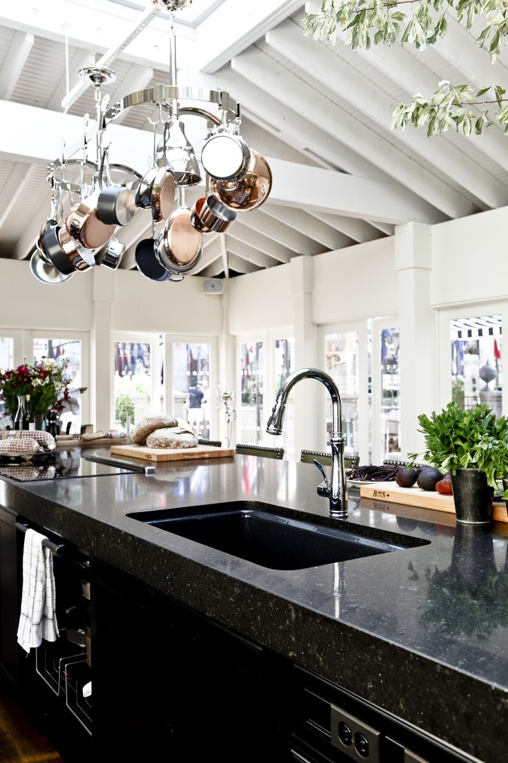 Modern chic kitchen with a beautiful center island with for House beautiful kitchens