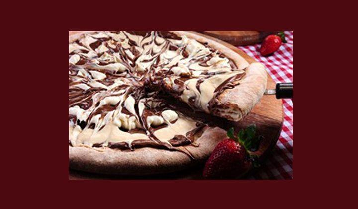 Υλικά Έτοιμη ζύμη πίτσας 2 κ.σ. βούτυρο λιωμένο ¼ κούπας άλειμμα φουντουκιού ½ κούπας ψιλοκομμένη κουβερτούρα 2 κ.σ. ψιλοκομμένη λευκή σοκολάτα 2 κ.σ. ψιλοκομμένα φουντούκια Διαδικασία Προθερμαίνουμε το φούρνο στους 230C. Απλώνουμε ένα ταψί με λαδόκολλα και πάνω του τη ζύμη πίτσας. Πατάμε τη ζύμη με τα δάχτυλα, ώστε να δημιουργηθούν βουναλάκια. Απλώνουμε τοRead More