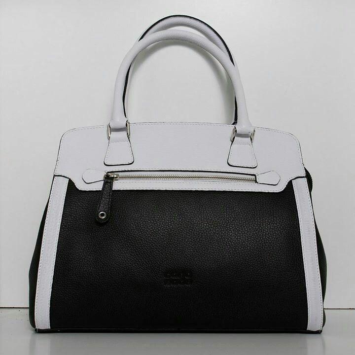 Que bonita la nueva coleccion no dejeis de verla en el facebook de Carla Sade os gustara bolsos en piel de primera calidad