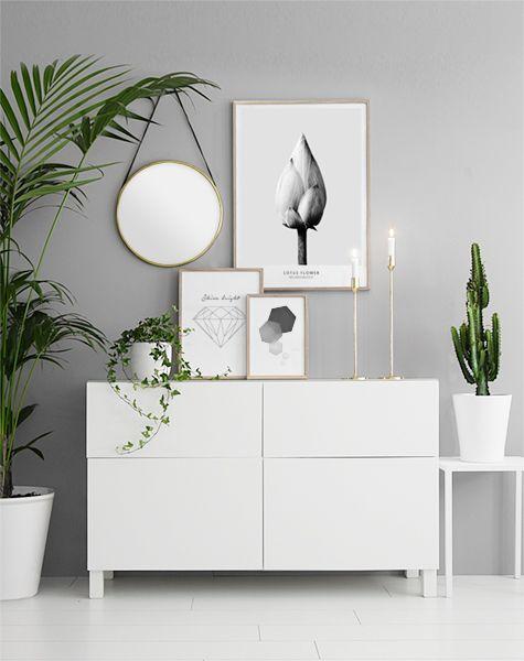 Collage med tavlor på bänk i hallen. Poster och prints i guldramar. Inspiration till hallen eller vardagsrummet