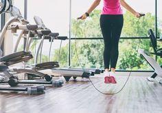 Pour maigrir en faisant de la corde à sauter et brûler un maximum de calories, suivez notre programme complet composé de 4 exercices.