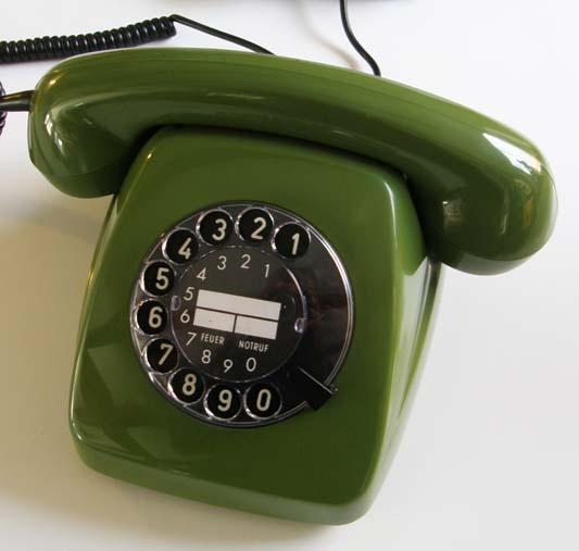 grünes Telefon - green telephone. Meine Oma hatte eines, das mit hellgrünem Samt bezogen war.