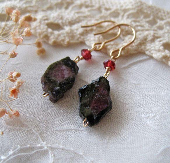 ブラックにピンクが入った原石スライスのトルマリンに深紅色のガーネットを合わせて落ち着いた雰囲気の天然の風情あるピアスに仕上げました。イヤリング(ねじばね式、ゴ...|ハンドメイド、手作り、手仕事品の通販・販売・購入ならCreema。