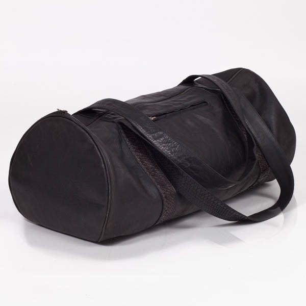 The Dillinger duffle leather bag was first brought into this creation as an idea for personal gym bag. Extended leather straps so one is able to throw the duffle bag over a shoulder, for easy on the go mobility doing away with extra shoulder straps and clips, keeping the bag planted in some minimalist origins.