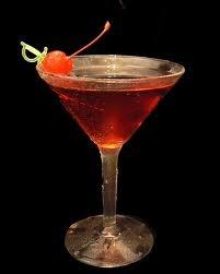 Manhattan.- 1 ½ onza de whisky blended, ½ onza de Vermouth dulce,  gotas de amargo de angostura ( la angostura es una bebida amarga elaborada a base de raíces, cortezas de plantas, flores o frutas. Se consigue en almacenes de licores).      1 cereza.  Mezcle bien los ingredientes con varios cubitos de hielo. Sirva colado en una copa de cóctel, bien fría. Añada la cereza.    Variaciones: Maniatan seco: sustituya el Vermouth dulce por Vermouth seco y ponga una cáscara de limón en vez de…
