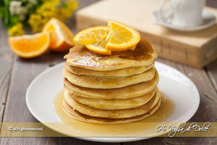 Pancakes all'arancia e miele soffici frittelle americane preparate con succo d'arancia e guarnite con miele. Ricetta per la colazione ed il brunch,che bontà