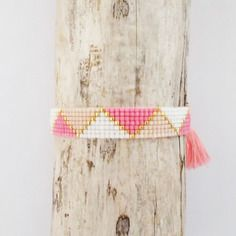 Le bracelet pompon rose et perles Miyuki Delicas 11/0 tissées sur 7 rangs nude…