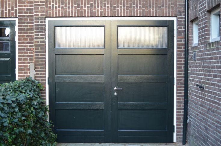 """Openslaande houten garagedeuren model """"Den Haag"""" Dit model is voor het eerst door ons ook in Den Haag gemonteerd. Deurdikte 68mm Dark Red Meranti Links of rechts openslaand (van buiten gezien) Symmetrische verdeling deuren Deuren voorzien van een zeer hoogwaardige isolatiekern Rubber tochtkader in zowel de deuren als het kozijn gefreesd Deuren voorzien van geïsoleerde …"""