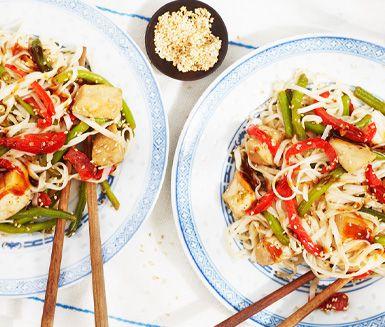 Asiatisk snabblagad rätt med nudlar, kyckling och hoisinsås med härlig sötma och sälta. Såsen är inte stark och därför passar rätten både barn och vuxna. Den som önskar hetta kan addera sambal oelek. Med risnudlar blir rätten dessutom glutenfri!