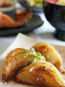新たまねぎの、てりてり焼き : 新たまねぎだからこそ、出せる美味しさです。片栗粉をまぶして焼くことで、タレが絡まるので、きちんとご飯のおかずにもなります。新たまねぎのとろける食感と甘味を楽しんで下さい