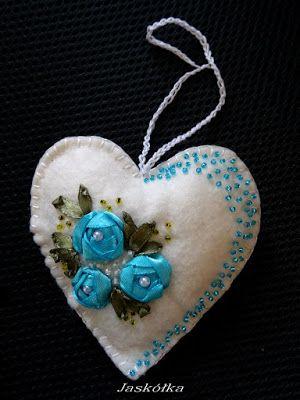Białe filcowe serce z niebieskim haftem wstążeczkowym