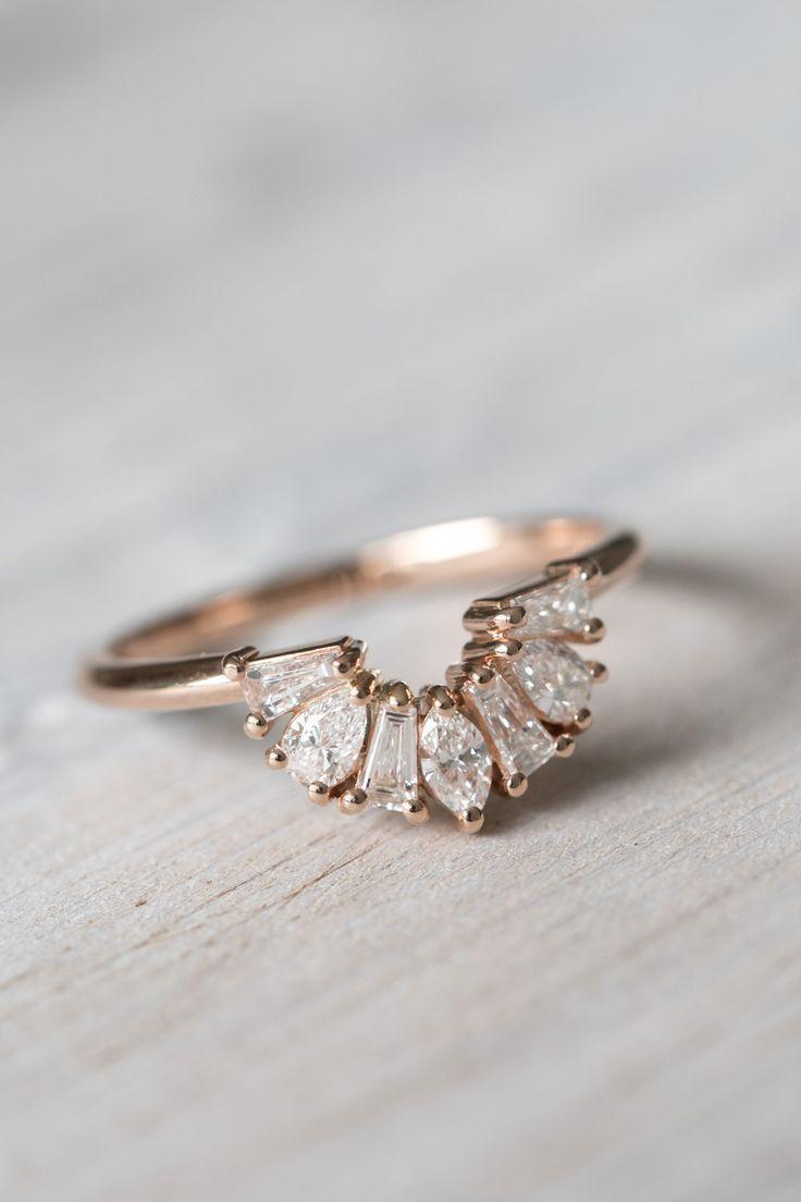 Diamantring mit mehreren kleinen Steinen und Goldfassung. Ring mit verschieden geformten Steinen.
