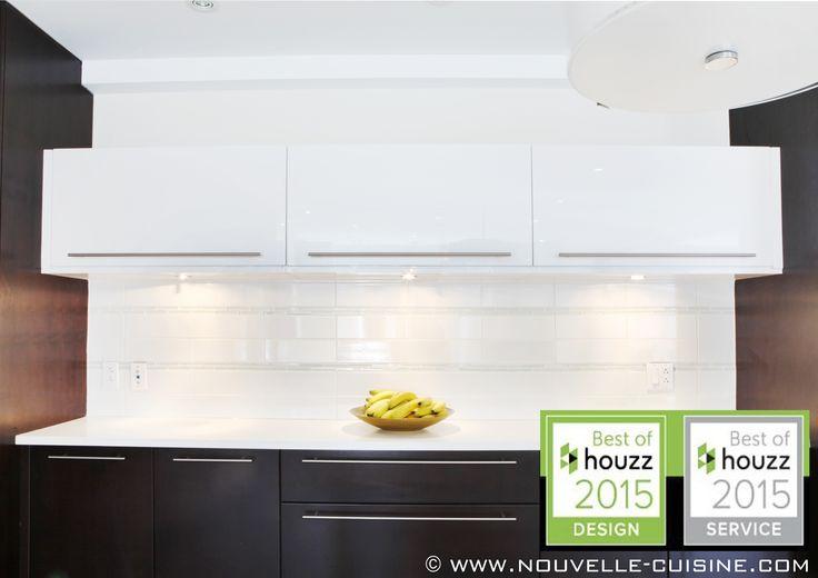 Acrylic kitchen cabinets and quartz countertops. / Armoires de cuisine en acrylique et comptoir en quartz.