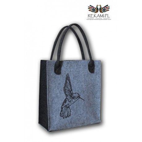 Bardzo ciekawy motyw kolibra w połączeniu z ciemnymi bokami i rączkami dodaje torbie wyjątkowy charakter.
