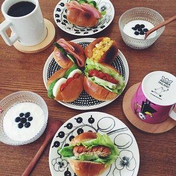 ブラックの「パラティッシ」に、「シィールトラプータルハ」の大きなプレート、ヨーグルトの入った「カステヘルミ」のボウルとムーミンマグを合わせた、北欧づくしの朝食です。