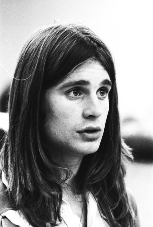 OMG. NO WAY. That's Ozzy ? HOLY CRAP WTH HAPPENED ?