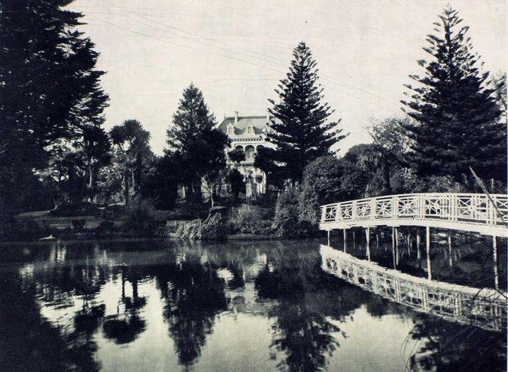 Palacio Cousiño de Lota, 1915.Atrás se ve el Palacio Cousiño de Lota, construido entre 1885 y 1898, de los más lujosos de la región, nunca ocupado como residencia, sino que sólo se utilizó para el funcionamiento de las oficinas administrativas de las Minas de Carbón de Lota.  Saqueado durante 60 años, hasta que el Terremoto de 1960 se ocupa como pretexto para su demolición 4 años más tarde.  - EnterrenoEnterreno