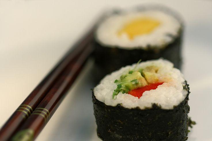 Vrijwel elke grote supermarkt heeft tegenwoordig een hoekje met Japanse spulletjes. Hier vind je ook alles wat je nodig hebt om sushi te maken! Hoewel de meeste Nederlanders bij het woord sushi aan vis denken, is het eigenlijk Japans voor 'plakkerig', wat op de rijst slaat. Er zijn oneindig veel mogelijkheden om sushi te vullen, hier geven we een paar heerlijke suggesties.