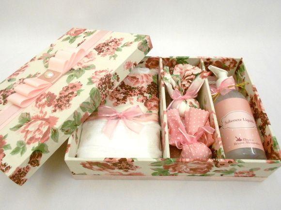 Caixa Kit para presentear padrinhos de casamento. O kit contém: 01 caixa forrada 01 sabonete líquido (frasco plástico) 02 sachê 01 toalhinha de lavabo com aplicação de tecido Temos outros tecidos R$ 78,75