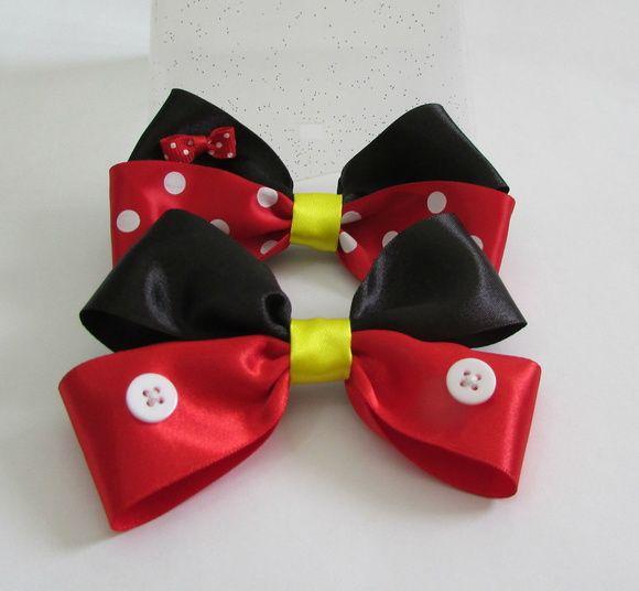 Par de laços grandes de fita de cetim inspirados em Mickey e Minnie, da Disney. Presos em presilhas bico de pato.