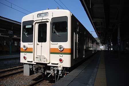 中央本線の旧線の中でも、岡谷から辰野までの区間は、飯田線と一体的に列車が走っている。この車両が行き来する反対側──豊橋とここでは言葉も景色も全然違うから不思議だ。[2009/3 辰野駅 JR飯田線1431M岡谷行(119系)]© 2010 風旅記(M.M.) 風旅記以外への転載はできません...