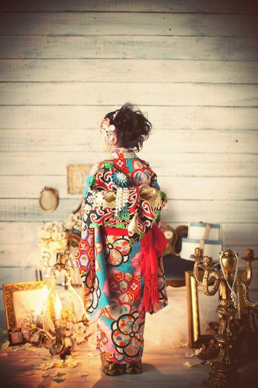 【成人式】 和の衣装で、洋の背景にし、 別の世界へ迷い込んだイメージを作り出す。 未成年から成人という新しい未知の世界に入ったことを表現したい。