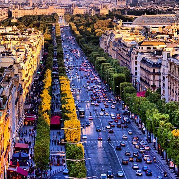 Shopping di sepanjang jalan Champs-Élysées #BebasLiburan