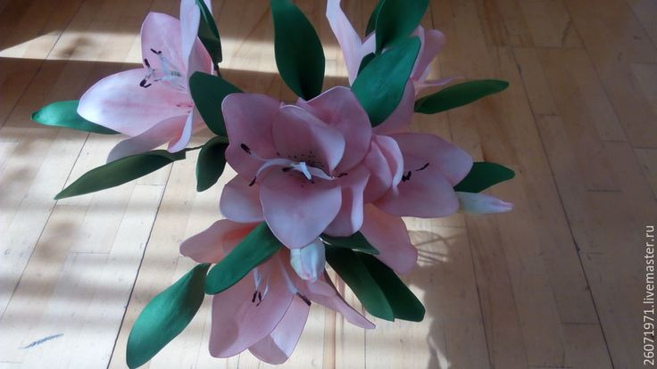 В моем саду зацвели лилии, что сподвигло меня на творчество, и я решила сделать сегодня лилии из фоамирана. Для начала нам понадобится материал: фоамиран 1 мм зеленого и нежно-кремового цвета, молды лилий, карандаш, ножницы, клей ПВА, клей горячий, тейп-лента, краска «Пастель» и, конечно же, огромное желание и терпение. Итак, приступим. Обводим по молдам лепестки наших лилий и листочки.