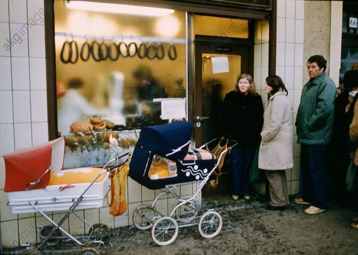 Wartende vor eine Fleischerei in Ostberlin. Foto, undat. (um 1985).