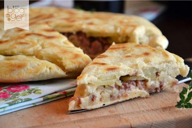 Focaccia in padella con salsiccia e patate, una focaccia semplice con lievito istantaneo subito pronta, abbinata a un vino rosso marchigiano Morelli di Fano