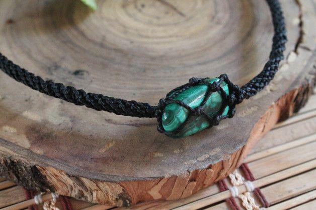 Collar en macrame hecho a mano con una piedra de Malaquita en una red, cuerda con combinacion de espirales, el cierre es fijo.
