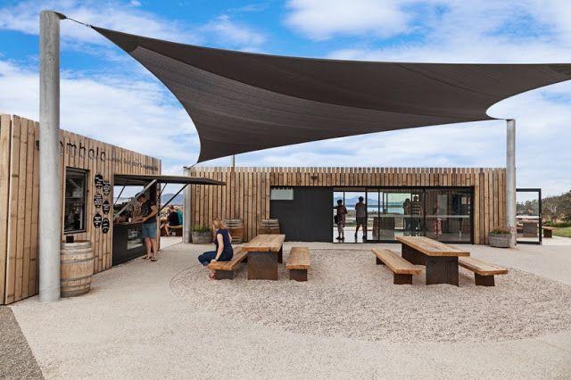 Una firma de arquitectos ha creado una tienda de vinos hecha de contenedores maritimos reciclados que permiten apreciar la extensión del paisaje gracias a sus miradores. #arquitectura #ecologia