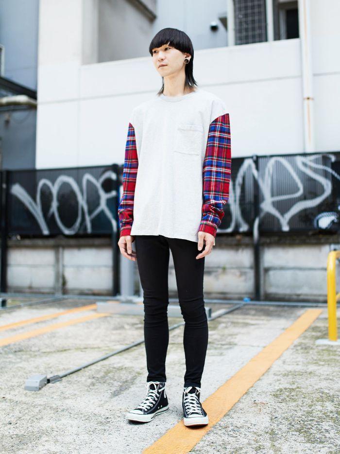 スリーブがネルチェックシャツ仕様になっている遊び心あふれるロンT。着用感はややオーバーサイズ気味、少し大きめにルーズにコーディネイトしてみました。graniph A/W ルックブックにも掲載されていますので機会があれば是非ご覧ください。