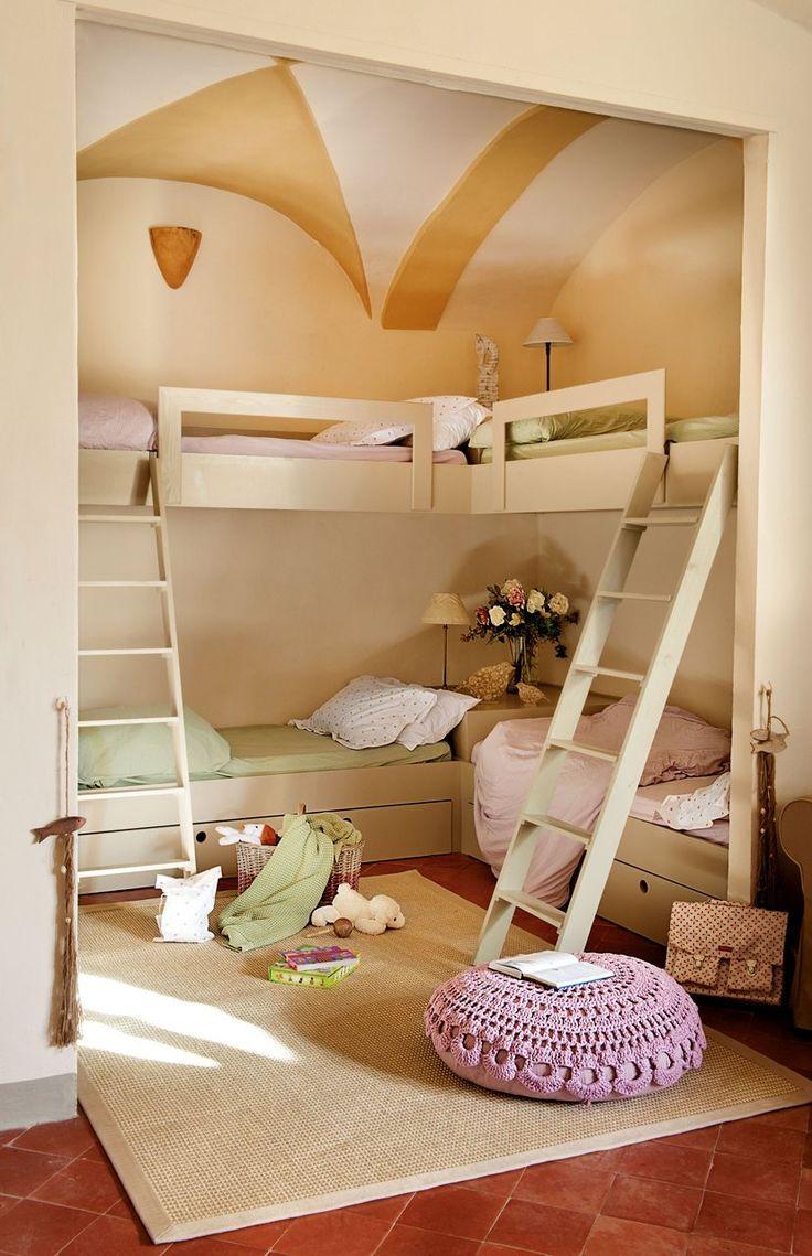 El dormitorio infantil  Muy bien aprovechado. Las literas son un diseño de Roger Bellera, realizadas por Fusteria Begur. Alfombra, en Francisco Cumellas. Colchas, en Coco-Mat.