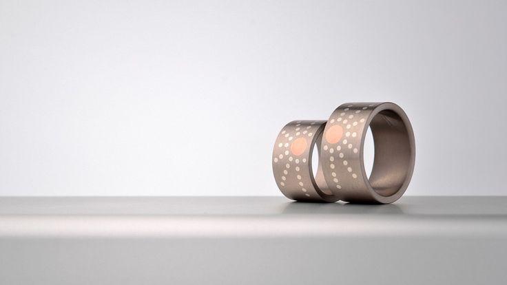 Snoubenecký pár si přál mít snubní prsteny se sluncem, tady jsou. - titan, červené zlato, stříbro.  www.daloo.cz