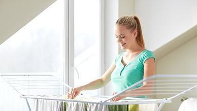 Jak správně sušit doma prádlo, aby vás nepřekvapilo vlhko a plísně?